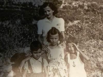 Στο Αίγιο πέρασε τα πρώτα καλοκαίρια της ζωής της/Αρχείο οικογένειας Καζάκου