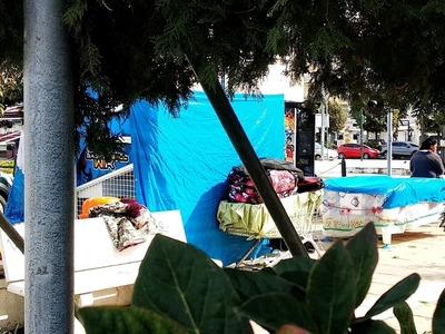 Πάτρα: Ρομά άπλωσαν μπουγάδα στο μόλο