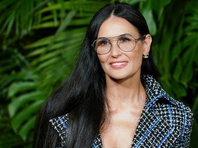 BeautySpy: H αγέραστη Ντέμι Μουρ με μπουκλέ κοστούμι στο Chanel Pre- Oscar Party
