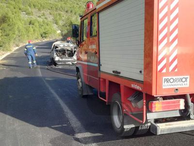 Λουτράκι: Αυτοκίνητο τυλίχθηκε στις φλόγες και κάηκε ολοσχερώς– Από θαύμα σώθηκαν τέσσερις γυναίκες (photos)