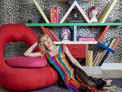 Μάιλι Σάιρους κατ' οίκον: Πολλά χρώματα,...