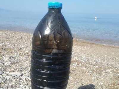 Μπουκάλι με πίσσα επέπλεε στην θάλασσα της πλάζ!