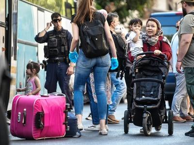 Σε σκηνές στην Κόρινθο οι μετανάστες με τα παιδάκια τους