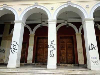 Πάτρα: Το άσεμνο σκίτσο  που «κοσμεί» το Δημοτικό Θέατρο «Απόλλων» - ΦΩΤΟ