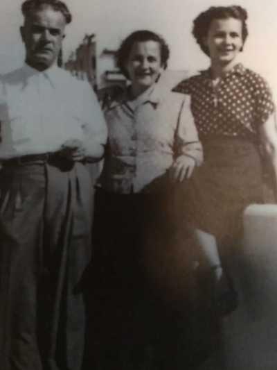 Με τους γονείς της Κωνσταντίνο και Θεώνη Καρπούζη/Αρχείο οικογένειας Καζάκου