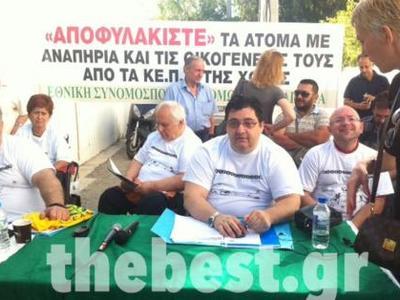 """Πάτρα: """"Αποφυλακίστε τα ΑμεΑ"""" -  Χιλιάδες στις λίστες αναμονής των ΚΕΠΑ στη Δυτική Ελλάδα - Προειδοποιούν με καθημερινούς αποκλεισμούς  - ΔΕΙΤΕ ΒΙΝΤΕΟ ΚΑΙ ΦΩΤΟ"""