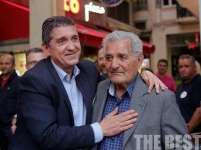 Η αγκαλιά του Γρηγόρη Αλεξόπουλου στον πατέρα του - ΦΩΤΟ