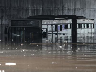 Βούλιαξε λεωφορείο σε «λίμνη» ανισόπεδου...