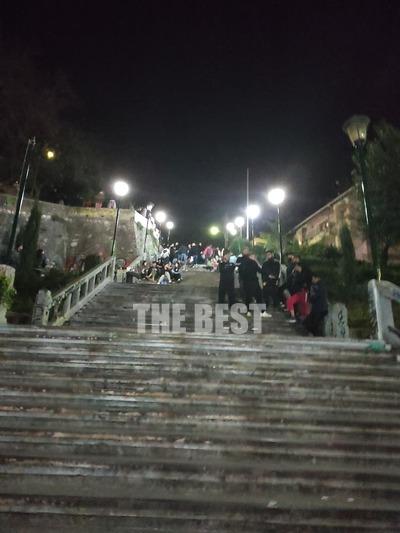 Ώρα 20.56 Στα σκαλιά