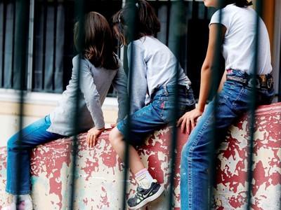 Εκατοντάδες παιδιά κινδυνεύουν κάθε ημέρα για να παίξουν στο σχολείο τους