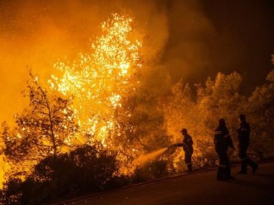 Εύβοια: Με μπουλντόζες σταμάτησαν τη φωτιά προς τα Ψαχνά