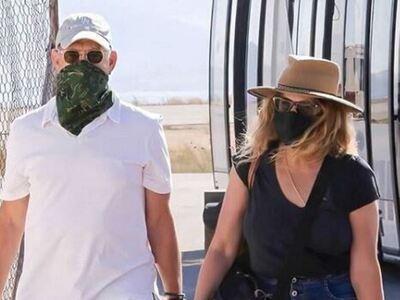 Τομ Χάνκς και Ρίτα Γουίλσον με μάσκες γι...