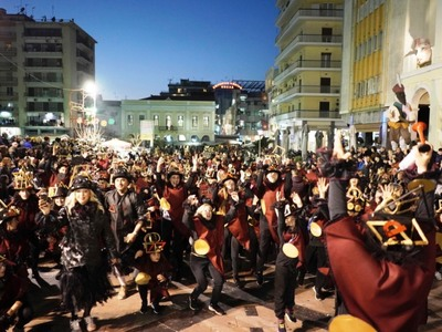 Νυχτερινή ποδαράτη: Ξεπέρασαν κάθε προσδοκία οι χιλιάδες καρναβαλιστές - ΔΕΙΤΕ ΝΕΕΣ ΦΩΤΟ