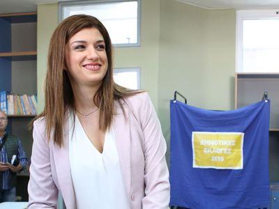 """Η Νοτοπούλου """"κατέβασε"""" την προεκλογική «αφίσα» με τον Αντετοκούνμπο"""