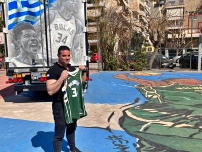 Φορτηγό με Αντετοκούνμπο κι ελληνική σημ...