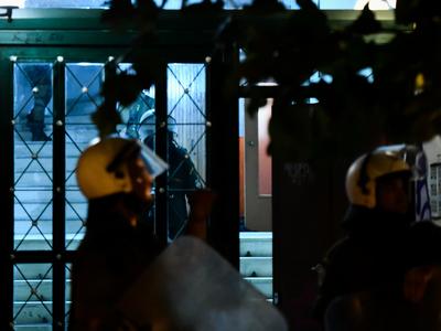 """Αστυνομικοί """"μπούκαραν"""" σε πολυκατοικία στα Εξάρχεια - Έξι συλλήψεις"""
