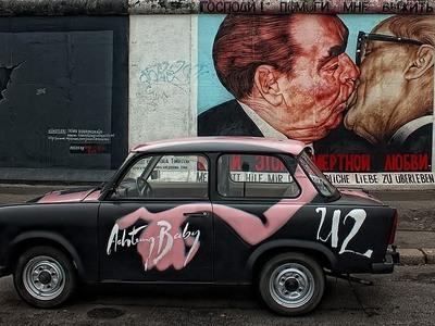 Γκράφιτι από το τείχος του Βερολίνου