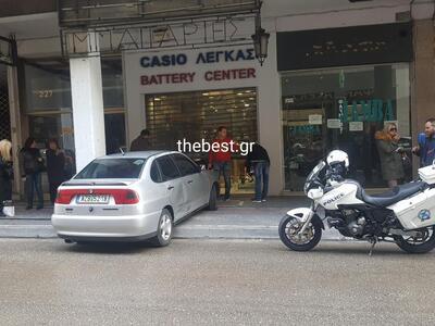 Aυτοκίνητο καρφώθηκε σε κατάστημα στο κέ...