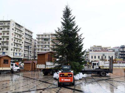 """""""Ντύνεται"""" χριστουγεννιάτικη  η πλατεία Γεωργίου - ΔΕΙΤΕ ΦΩΤΟ"""