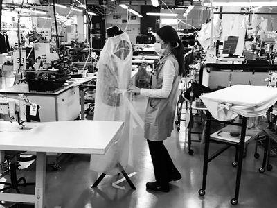 Αυτές είναι οι στολές που κατασκευάζει o Armani για τους γιατρούς της Ιταλίας