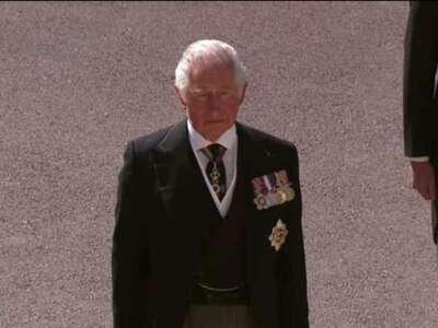 Βουρκωμένος ο πρίγκιπας Κάρολος στην κηδ...