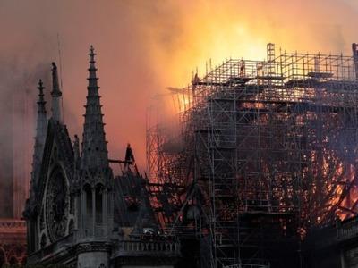 «Στο προσκέφαλο της Παναγίας μας που κλαίει...» - Τι έμεινε από την πύρινη κόλαση στη Notre Dame