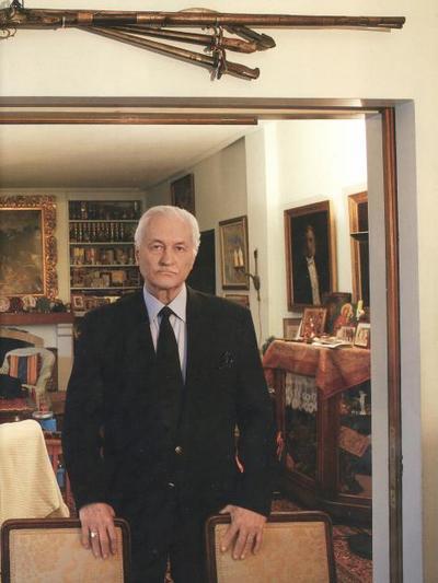 Ο Ανδρέας Ζαΐμης  φωτογραφημένος στο γεμάτο κειμήλια σπίτι του, από Niko Chrysikaki για λογαριασμό του Life & Style
