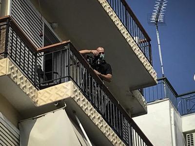 Συνελήφθη ο αστυνομικός που βρέθηκε δεμέ...